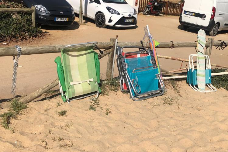 Banhistas 'estacionam' cadeiras na entrada de muitas praias | Foto: Giuliana Miranda/Folhapress