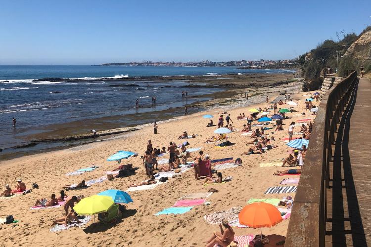 Vento forte faz com que portugueses costumem preferir toalha de praia às cangas | Foto: Giuliana Miranda/Folhapress