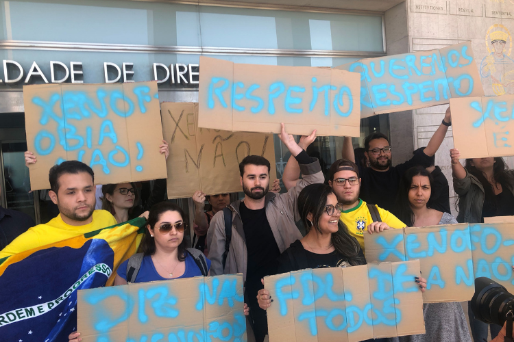 Estudantes brasileiros protestaram, em abril, contra xenofobia nas universidades portuguesas | Foto: Giuliana Miranda/Folhapress