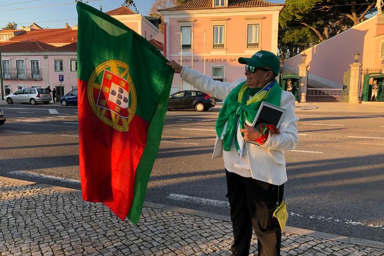 A brasileira Sônia Ramires, que mora em Portugal há mais de 50 anos, foi a caráter esperar Jorge Jesus na porta do palácio de Belém | Foto: Giuliana Miranda/Folhapress