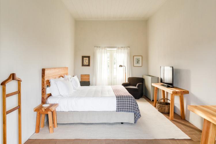 Quartos têm espaços amplos e mobiliário em madeira tradicional | Foto: Ash James/Divulgação