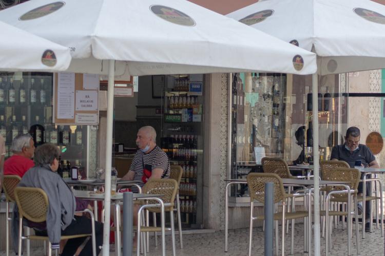 Em Portugal, restaurantes voltaram a receber clientes na última segunda (18) | Foto: Giuliana Miranda/Folhapress