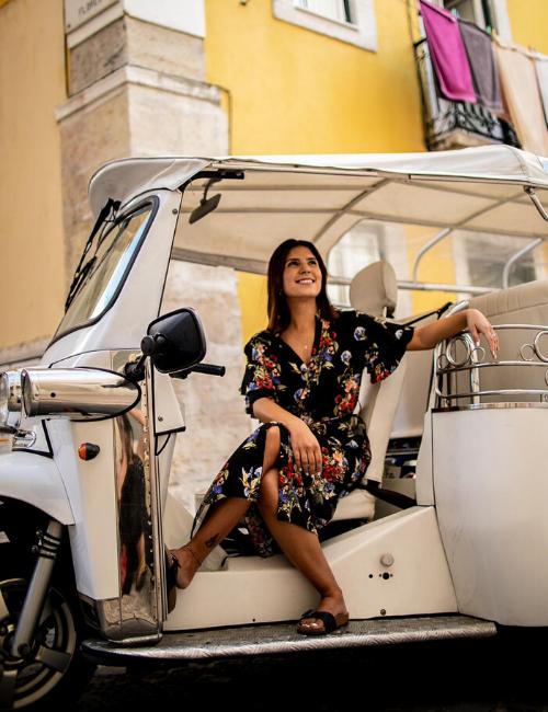 Sócia da Vou de Tuk, Kamila El Hage, diz que portugueses e brasileiros que residem em Lisboa têm procurado tours para conhecer a cidade | Foto: Mariana Gama/Divulgação