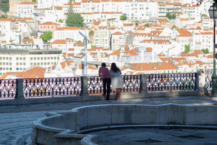 Antes dominado por turistas, miradouro de São Pedro de Alcântara, na Baixa, está agora bem mais tranquilo | Foto: Giuliana Miranda/Folhapress