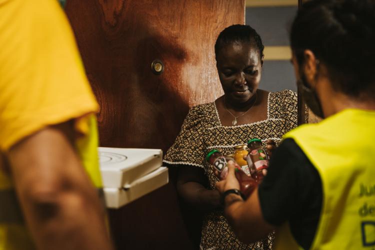 Moradora recebe pizza em Lisboa | Foto: Divulgação