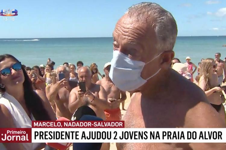 Marcelo Rebelo de Sousa, presidente de Portugal, ajudou duas jovens cuja canoa virou em praia do Algarve | Foto: Reprodução