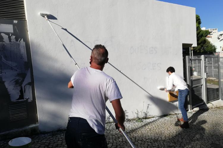 Alunos da Escola Eça de Queirós se mobilizaram para pintar muro e apagar mensagens racistas | Foto: Reprodução/Facebook Agrupamento de Escolas Eça de Queirós