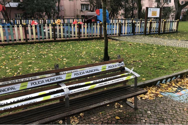 Confinamento proíbe permanecer em praças e parques de Portugal   Foto: Giuliana Miranda/Folhapress