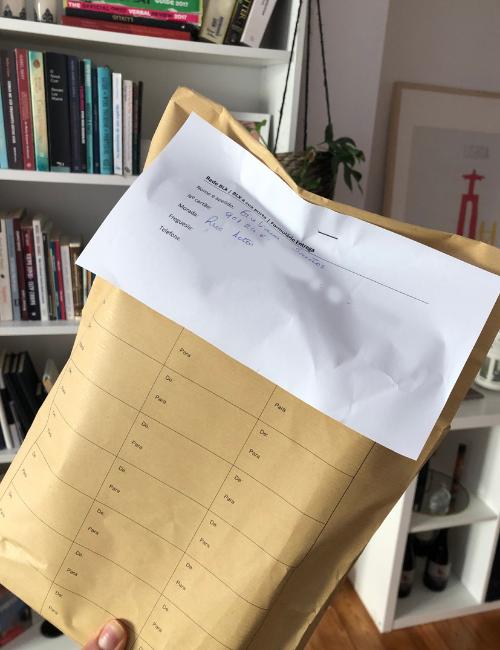 Livros são entregues em envelopes que garantem a privacidade do conteúdo | Foto: Giuliana Miranda/Folhapress