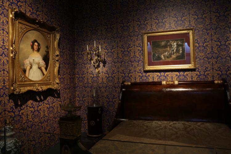 Reprodução do quarto de D. Maria 2ª inclui cama de madeira que pertenceu à imperatriz Leopoldina | Foto: Divulgação