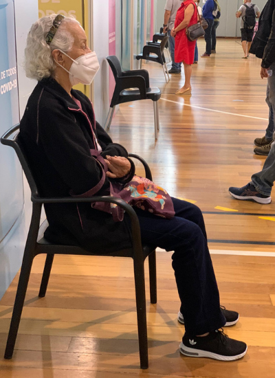 A brasileira Julia jannibelli, 90, no centro de vacinação nesta segunda-feira (5). Ela não consegue se vacinar devido à ausência do número de utente   Foto: Arquivo pessoal
